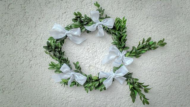 wianek ze sztucznych kwiatów wykonanie